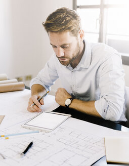 Architect working with tablet on desk - GIOF03044