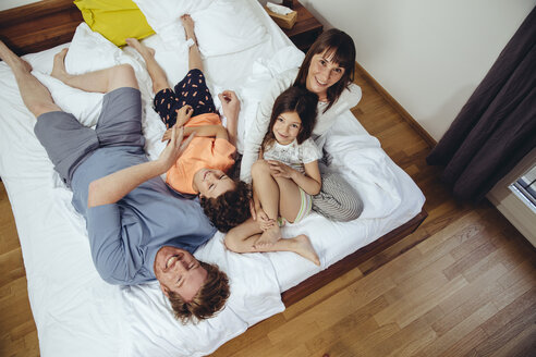 Happy family in bed - MFF03701