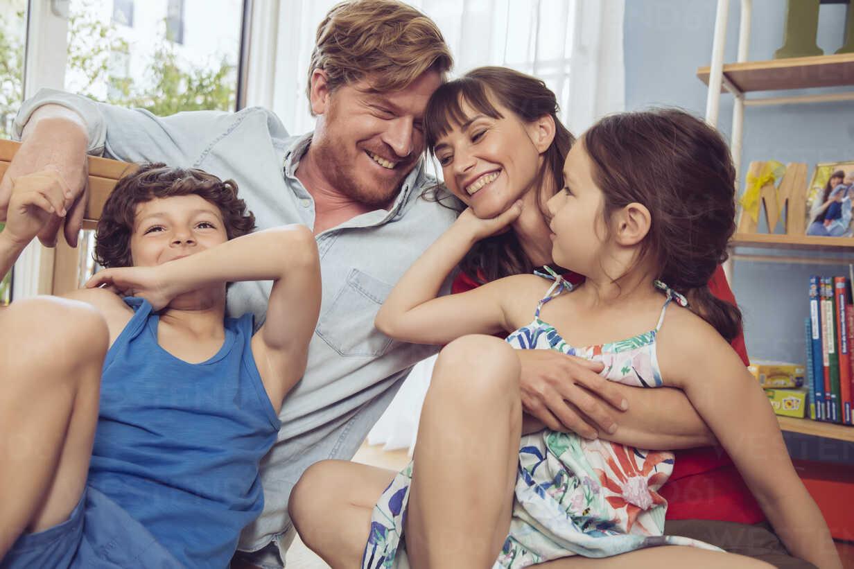 Happy family in children's room - MFF03800 - Mareen Fischinger/Westend61