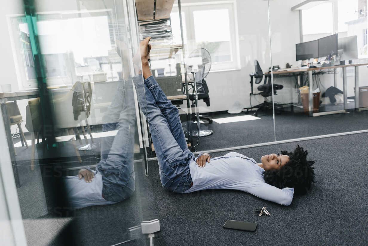 Young woman having a break in office - KNSF02260 - Kniel Synnatzschke/Westend61