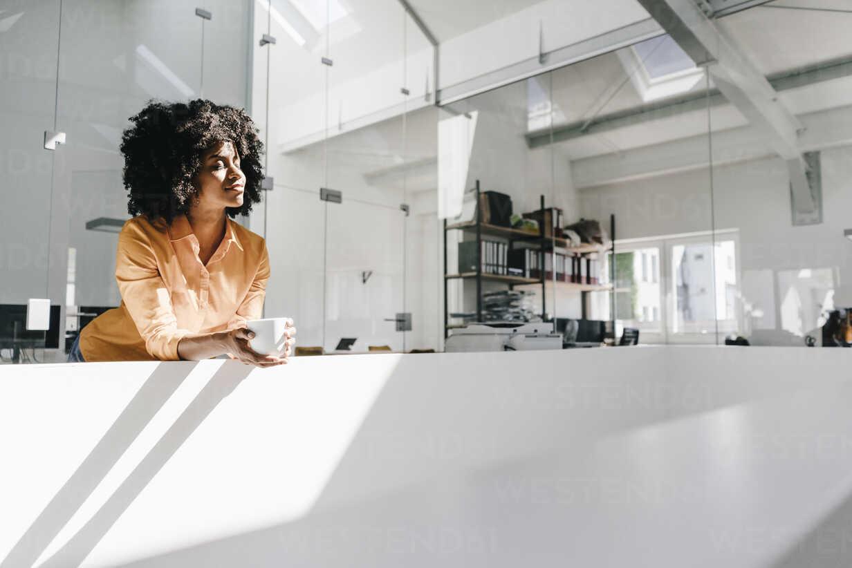 Young woman having a coffee break in office - KNSF02293 - Kniel Synnatzschke/Westend61
