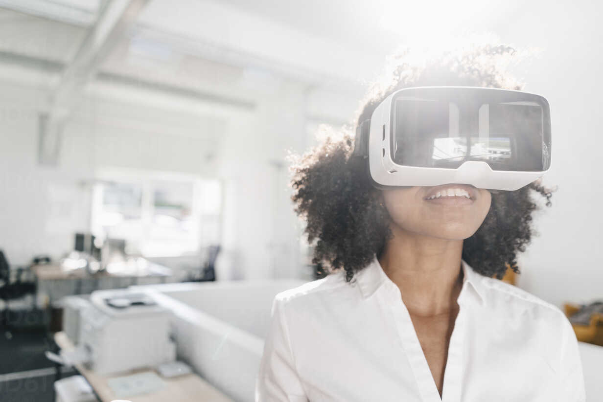 Woman wearing VR glasses in office - KNSF02305 - Kniel Synnatzschke/Westend61