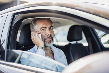 Businessman on the phone in car - DIGF02669