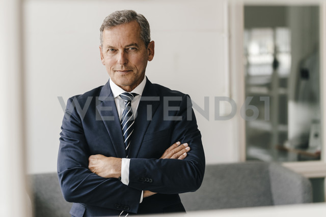 Portrait of mature businessman with arms crossed in his office - KNSF02395 - Kniel Synnatzschke/Westend61