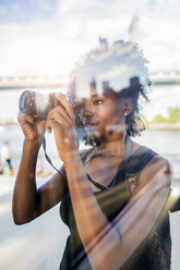 USA, New York City, Brooklyn, woman looking at camera - GIOF03106