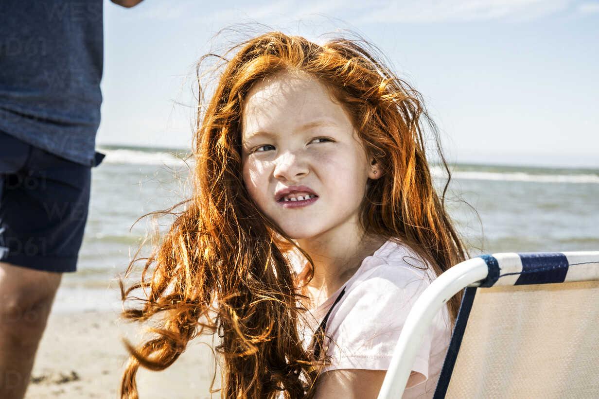 Netherlands, Zandvoort, portrait of redheaded girl on the beach - FMKF04375 - Jo Kirchherr/Westend61