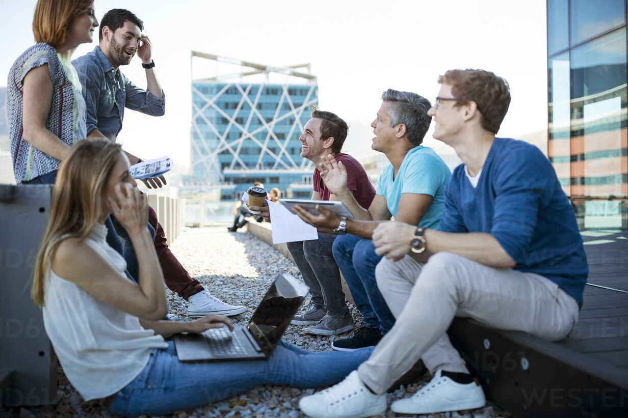 Business people having a casual meeting on a rooftop terrace - ZEF14333 - zerocreatives/Westend61