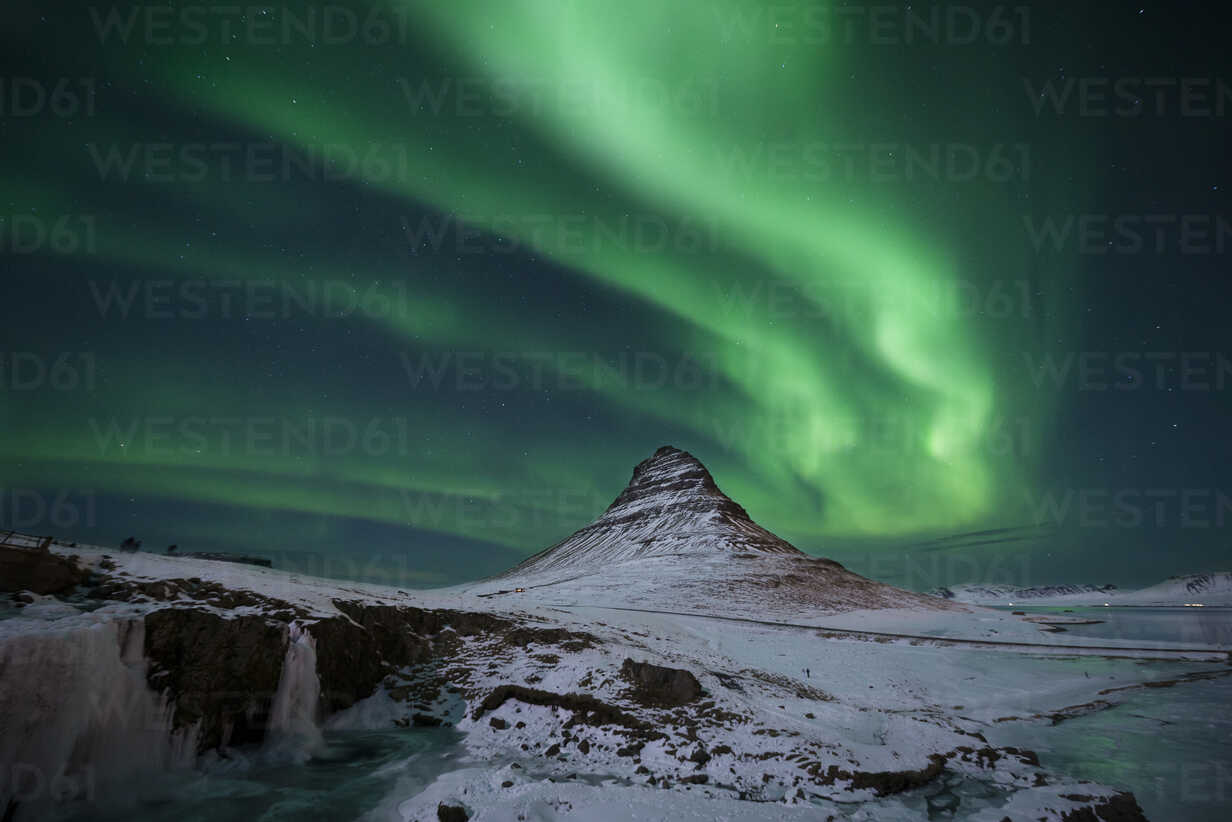 Iceland, Kirkjufell mountain with northern lights - EPF00463 - Maria Elena Pueyo Ruiz/Westend61
