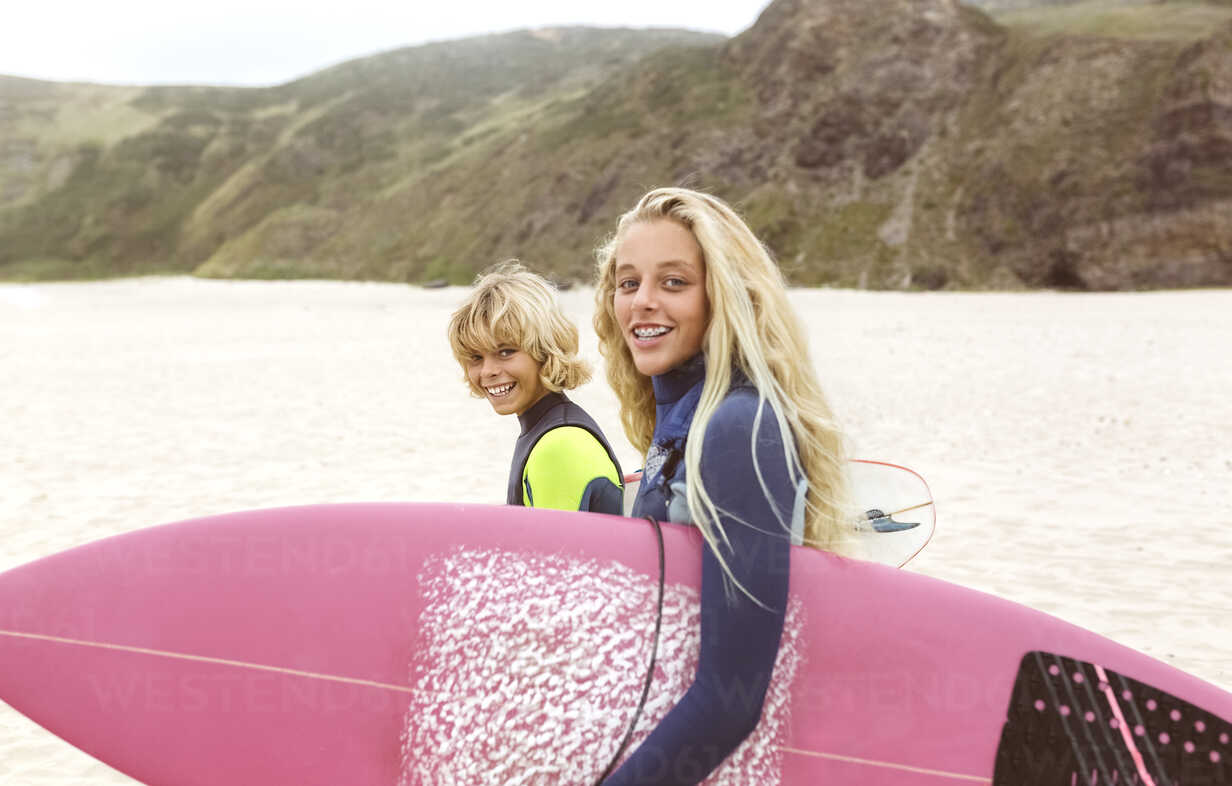 Spain, Aviles, portrait of two smiling young surfers on the beach - MGOF03545 - Marco Govel/Westend61