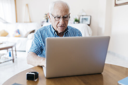 Porrtait of senior man at home learning to use laptop - JRFF01412