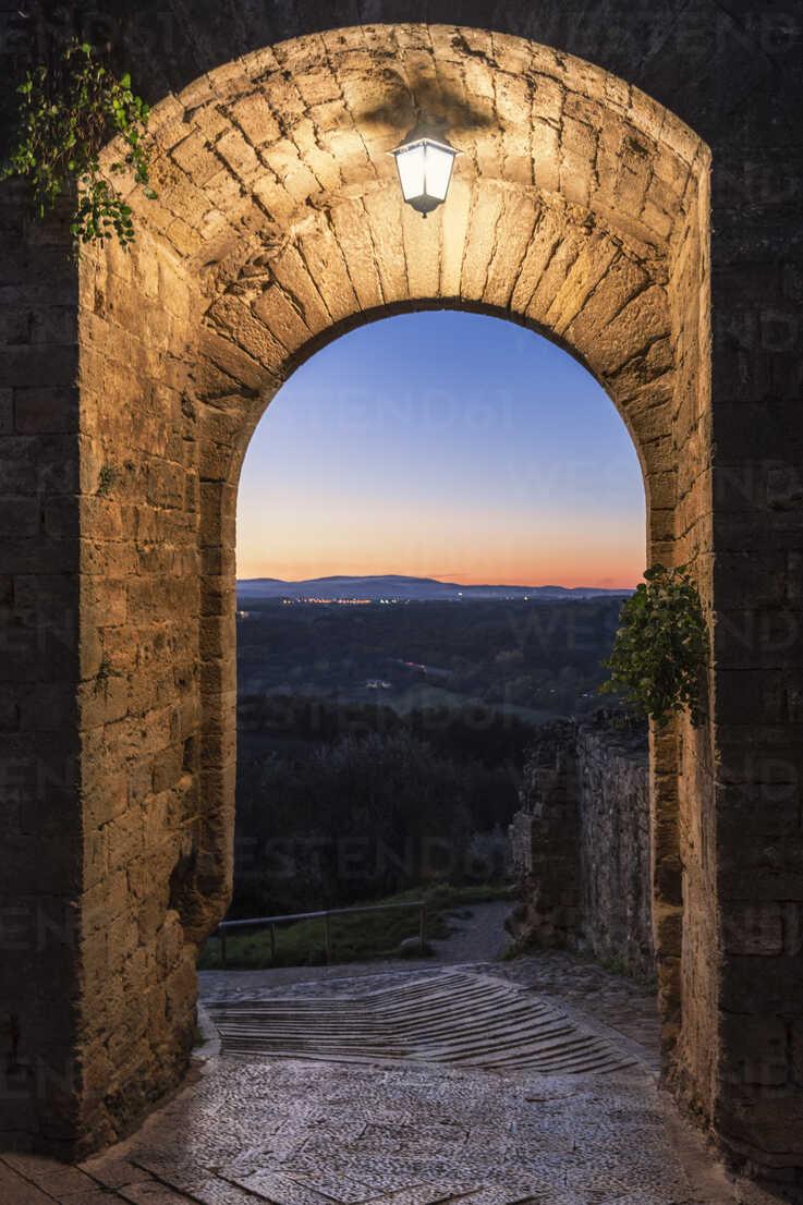 Italy, Tuscany, Monteriggioni, Porta di Sotto - CSTF01344 - Carmen Steiner/Westend61