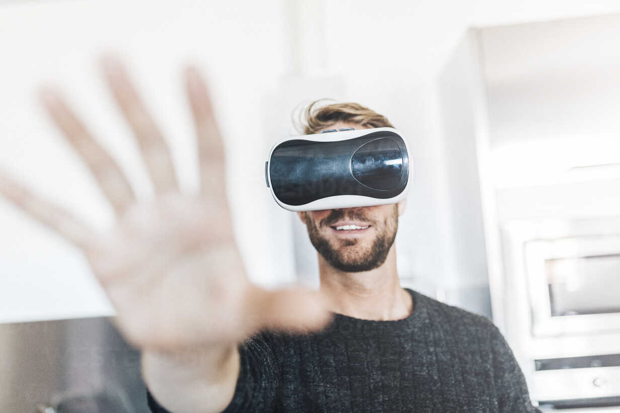 Smiling man wearing Virtual Reality Glasses - GIOF03183 - Giorgio Fochesato/Westend61
