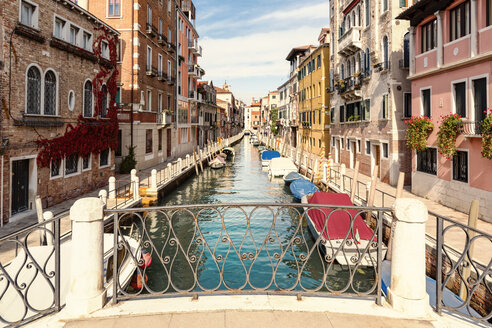 Italy, Venice, Rio de la Fornace, alley and boats at canal - CSTF01358