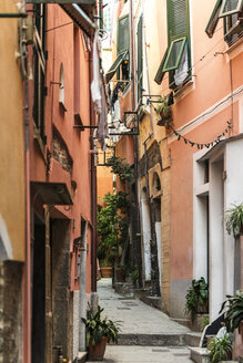 Italy, Liguria, Cinque Terre, Vernazza, narrow alley and house fronts - CSTF01387