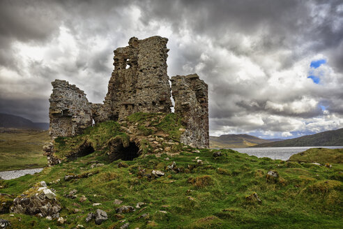 UK, Scotland, Highlands, Loch Assynt, Ardvreck Castle - FOF09280