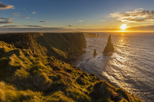 UK, Scotland, Caithness, Coast of Duncansby Head, Duncansby Stacks at sunrise - FOF09290
