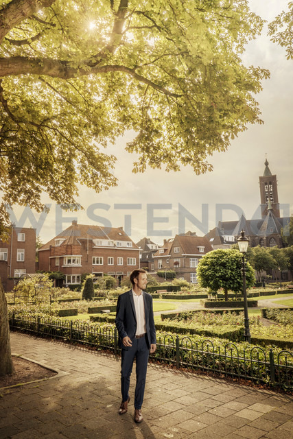 Netherlands, Venlo, businessman standing on pavement - KNSF02409 - Kniel Synnatzschke/Westend61