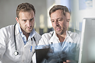 Two doctors discussing x-ray image - ZEF14514