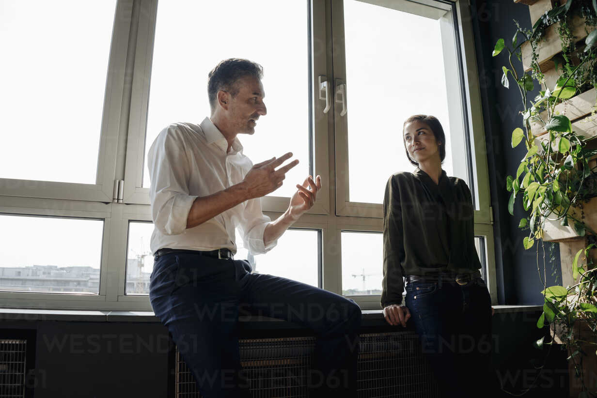 Businessman and businesswoman talking at the window - JOSF01390 - Joseffson/Westend61