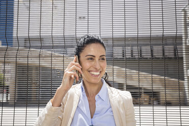 Businesswoman talking on the phone - WESTF23539