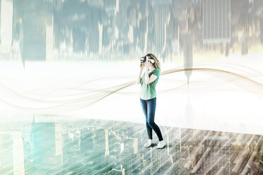 USA, New York City, young woman using Virtual Reality Glasses, composite - UUF11632