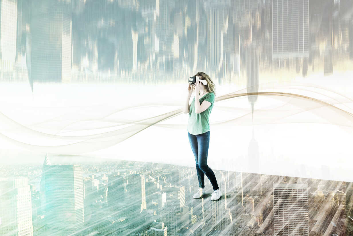USA, New York City, young woman using Virtual Reality Glasses, composite - UUF11632 - Uwe Umstätter/Westend61