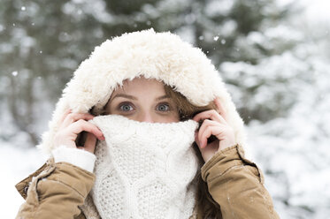 Portrait of smiling young woman in winter - HAPF02088