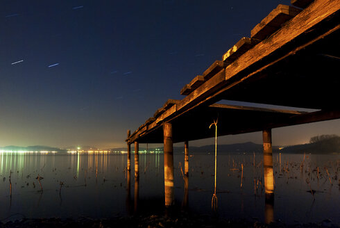 Italy, Piedmont, jetty at Lago Viverone at night - SIPF01666