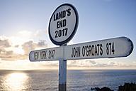 UK, England, Cornwall, Land's End, Signpost - SIEF07495