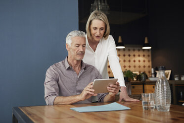 Mature couple using tablet at home - RBF05912
