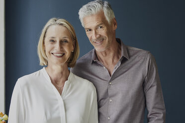 Portrait of smiling mature couple - RBF05918