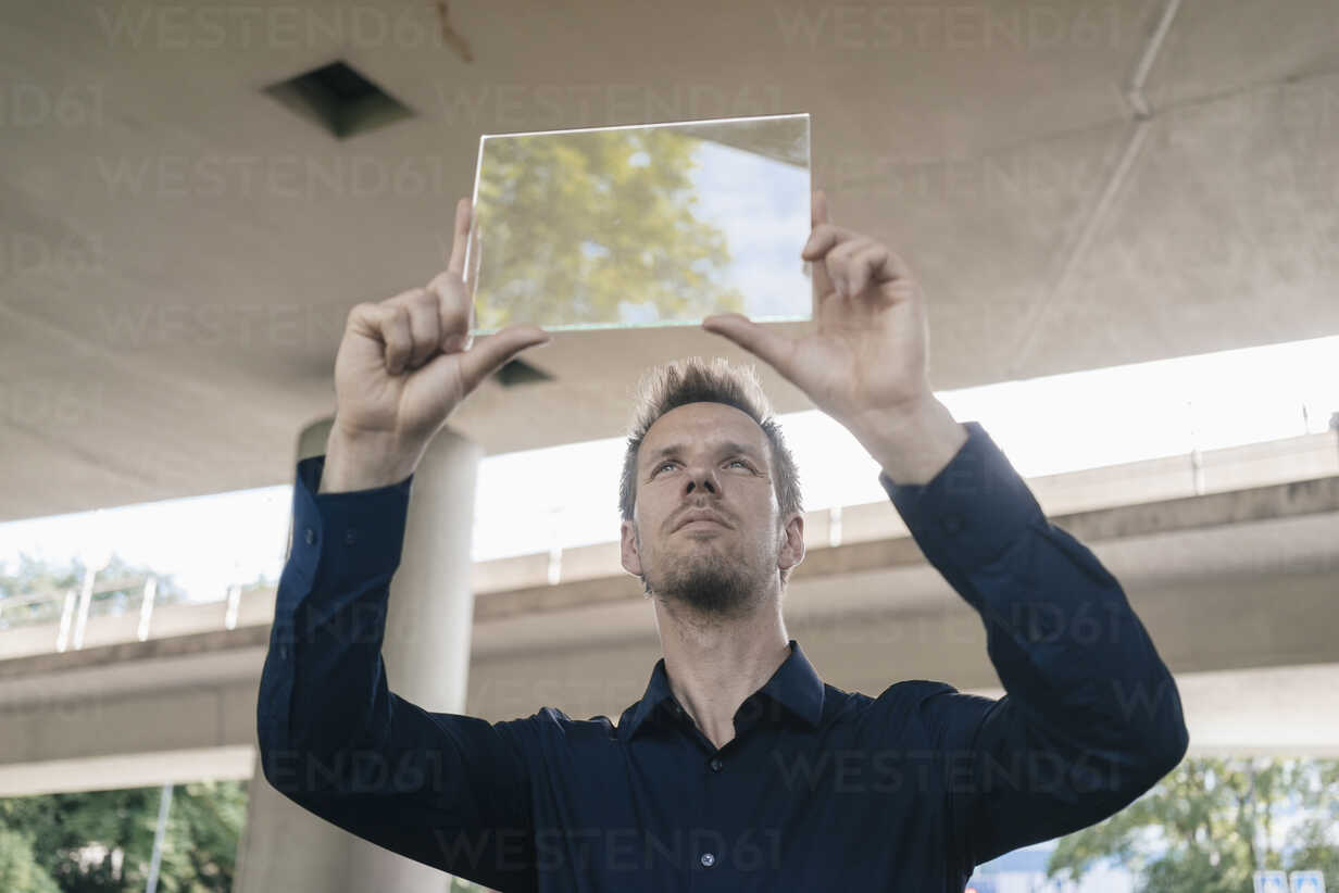 Businessman holding up portable glass device - KNSF02491 - Kniel Synnatzschke/Westend61