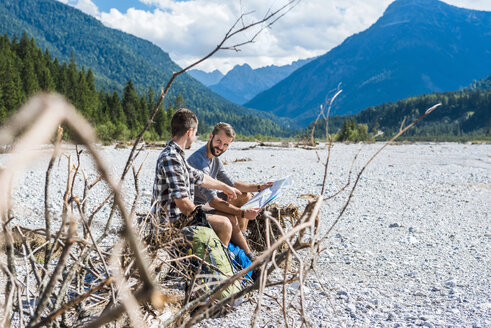Germany, Bavaria, two hikers having a rest - DIGF02792