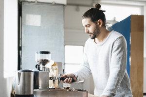 Man preparing espresso with espresso machine - JOSF01545