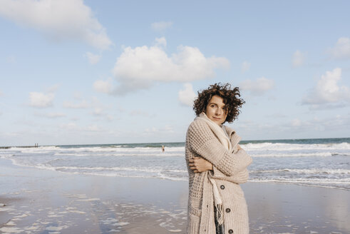 Portrait of woman on the beach - KNSF02656
