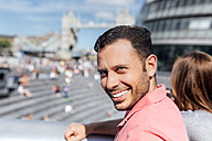 UK, London, portrait of a smiling tourist - MGOF03610