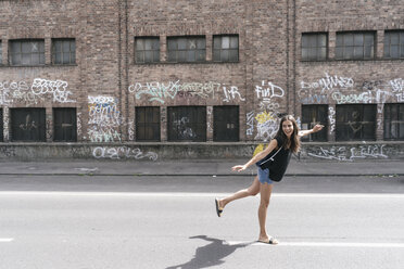 Carefree woman on the street - JOSF01556