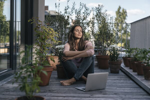 Woman with laptop sitting on balcony - JOSF01622