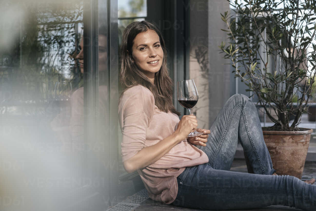 Woman with glass of red wine relaxing on balcony - JOSF01625 - Joseffson/Westend61
