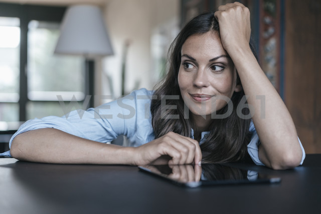 Woman with tablet leaning on table - JOSF01679 - Joseffson/Westend61