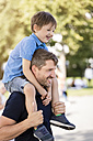 Father carrying son on shoulders - MIDF00860