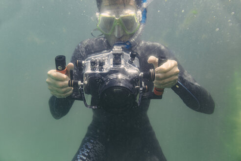 Man diving with underwater DSLR camera case - MFF03926