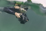 Man diving with underwater DSLR camera case - MFF03932