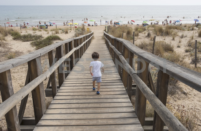 Spain, Huelva, back view of little boy running to the beach on boardwalk - JASF01844 - Jaen Stock/Westend61