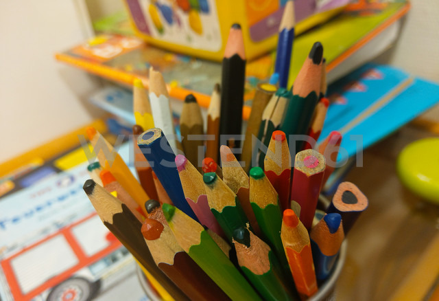 colored pencils, childs corner, Berlin, Germany - NGF00411 - Nadine Ginzel/Westend61