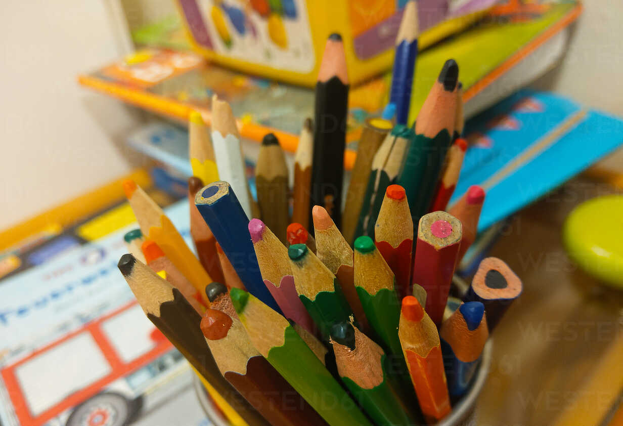 colored pencils, childs corner, Berlin, Germany - NGF00411 - Nadine Ginzel/Westend61