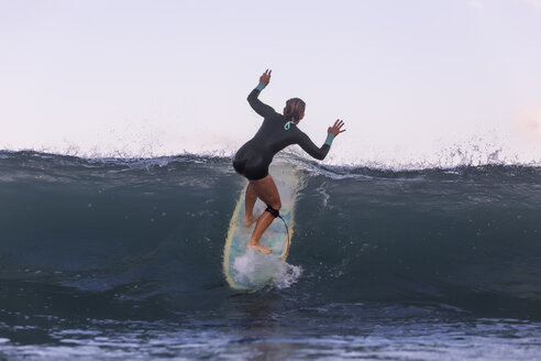 Indonesia, Bali, woman surfing - KNTF00900
