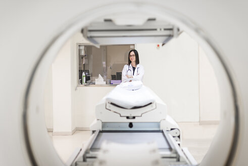 Doctor at MRI scanner - EPF00474