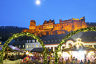 Germany, Heidelberg, Christmas market with lighted Heidelberg Castle in the background - PUF00715