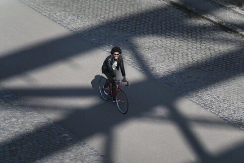 Elevated view of smiling man with sunglasses riding bicycle - SBOF00711